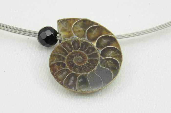 Edelstahlseilcollier mit Anhänger Ammonit und Onyx Perle