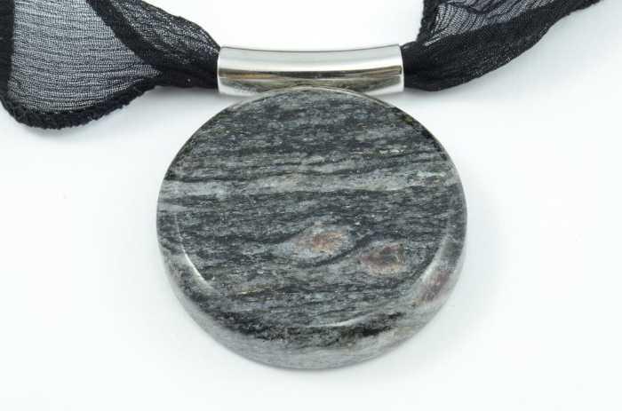 Seidenband und Anhänger Quarz Glimmer mit Granat