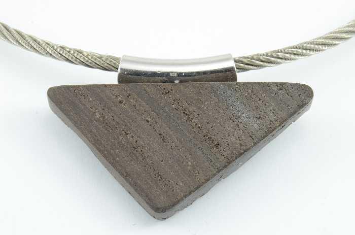 Edelstahlcollier mit versteinertem Holz, Dreieck