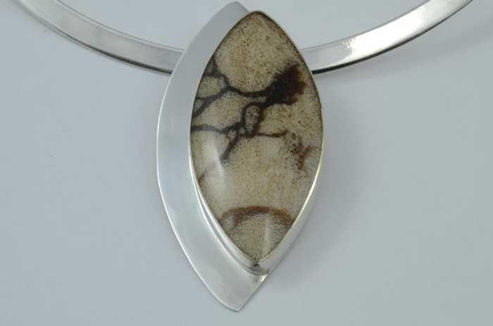 Tigerkoralle in Silber mit Silberhalsreif
