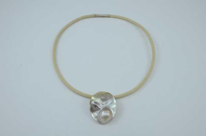Muschelschale mit eingewachsener Mabe-Perle und Rochenlederband