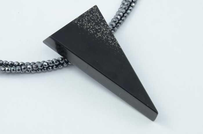 Anhänger Schiefer mit Pyrit, Dreieck