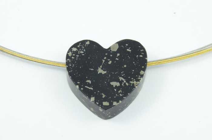 Stahlseil und Schiefer Herz mit Pyrit